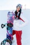 Desportista com o snowboard em montanhas fotografia de stock royalty free