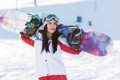 Desportista com o snowboard entre montanhas fotografia de stock royalty free