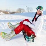 Desportista com o snowboard na neve fotos de stock royalty free