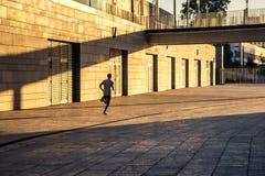 Desportista envelhecido que corre na estrada secundária, estilo de vida inspirado saudável da aptidão, treinamento do intervalo d Fotos de Stock