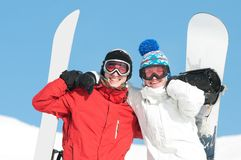 Desportista feliz com snowboards Fotografia de Stock Royalty Free