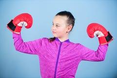 Desportista feliz da criança em luvas de encaixotamento Sucesso Forma do Sportswear KO de perfuração Atividade da infância Dieta  imagens de stock royalty free