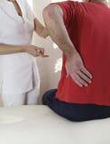 Desportista ferido que está sendo ajudado pelo terapeuta Foto de Stock Royalty Free