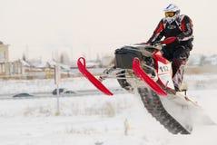 Desportista no carro de neve na trilha Fotografia de Stock