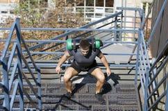 Desportista novo construído Exercício para os pés imagem de stock royalty free