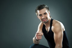 Desportista novo em um terno que aponta com seu dedo Fotografia de Stock Royalty Free