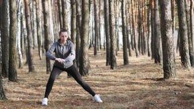 Desportista novo que faz exercícios da aptidão Exercício da aptidão Movimento lento video estoque
