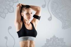Desportista profissional que estica seus músculos ao treinar fotografia de stock royalty free