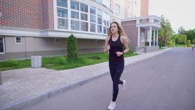 Desportista que corre no passeio da luz solar para baixo da rua no verão vídeos de arquivo