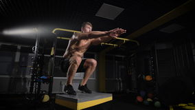 Desportista que dá certo seu corpo no salto da caixa video estoque