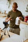 Desportista que diz seus seguidores sobre a tomada da proteína dietética fotografia de stock