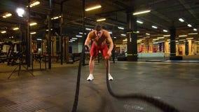 Desportista que exercita com cordas filme