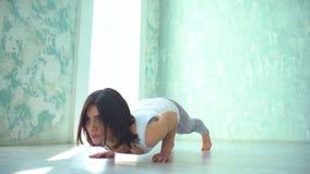 Desportista que exercita no gym Jovem mulher muscular que faz flexões de braço video estoque