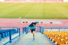 Desportista que faz o exercício da velocidade para os músculos imagens de stock