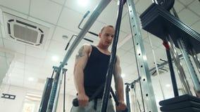 Desportista que faz o exercício no tríceps com corda video estoque