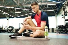 Desportista que toma a ruptura no Gym imagem de stock