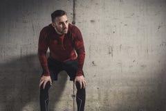 Desportista que toma uma ruptura do exerc?cio foto de stock royalty free