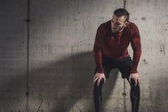 Desportista que toma uma ruptura do exerc?cio fotografia de stock royalty free