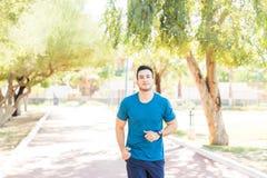 Desportista seguro que movimenta-se no parque em Sunny Day imagem de stock