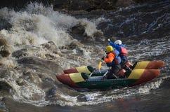 Desportistas da água na água áspera Fotografia de Stock