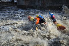 Desportistas da água na água áspera Imagens de Stock Royalty Free