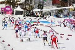 Desportistas durante o começo 50km maciço através dos campos dos homens Imagem de Stock