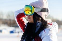 Desportistas nos óculos de sol em montanhas imagem de stock royalty free