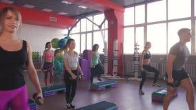 Desportistas novos atrativos que exercitam com pesos video estoque