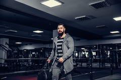 Desportistas novos seguros que deixam o gym imagem de stock royalty free