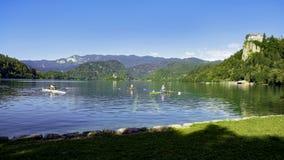 Desportistas que preparam-se para enfileirar a raça no lago da montanha, natureza fantástica, lazer fotografia de stock