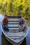 Desporto de barco de dois meninos Fotografia de Stock
