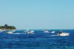 Desporto de barco em um lago ocupado fotografia de stock