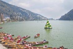 Desporto de barco no lago Naini, india Fotos de Stock