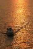 Desporto de barco no por do sol foto de stock