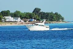 Desporto de barco pela praia imagens de stock