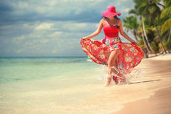 Despreocupada, a jovem mulher que relaxa nas ilhas encalha Imagem de Stock