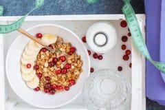Después de desayuno de la yoga: muesli con las bayas y el plátano Fotografía de archivo