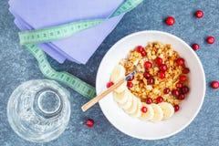 Después de desayuno de la yoga: muesli con las bayas y el plátano Fotos de archivo libres de regalías