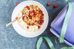 Después de desayuno de la yoga: muesli con las bayas y el plátano Fotografía de archivo libre de regalías