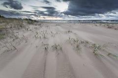 Después de dunas de la puesta del sol, playa imagenes de archivo