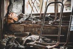 Después de fuego, consecuencias Asientos de pasajero chamuscados en la parte de atrás del autobús, piso dañado, efecto de tono ma fotografía de archivo libre de regalías
