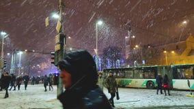 Después de la celebración del Año Nuevo la gente camina en el medio del empalme Impulsiones de los autobuses y de las tranvías a