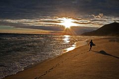 Después de los días duros que practican surf Imagen de archivo libre de regalías