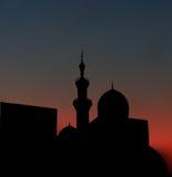 Después de mezquita de la puesta del sol paisaje con las mezquitas y el minare hermosos ilustración del vector