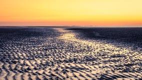 Después de ocaso el cielo está dando vuelta rojo en Schiermonnikoog Países Bajos Imagenes de archivo