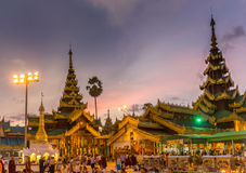 Después de puesta del sol en un templo ocupado Imagen de archivo