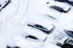 Después de una nevada, los coches en el estacionamiento se cubren con un th Imagen de archivo