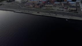 Después del barco de motor - tiro aéreo de la ciudad de Riga - capital europea en Letonia - profesional cinemático de la opinión  almacen de video