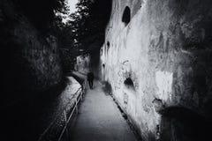 Después del callejón de las paredes, vestigios medievales en la ciudad vieja de Brasov Foto de archivo libre de regalías