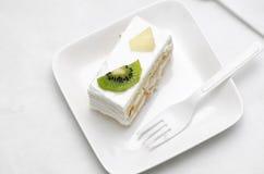 Tårtan i vit pläterar royaltyfri bild